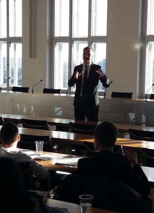 Jan Löffler betreut Schüler im Sächsischen Landtag