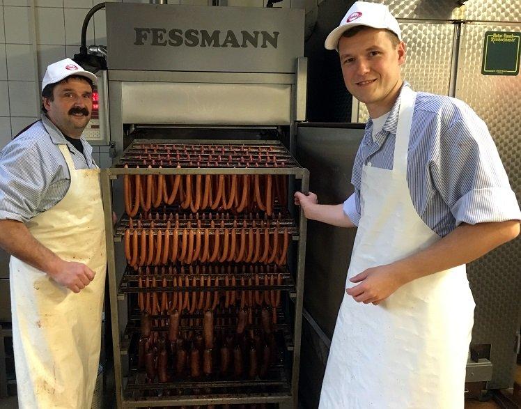 Fleischermeister Michael Windisch und Jan Löffler stellen Wiener Würstchen her